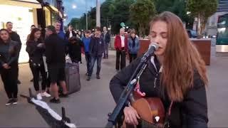 Penyanyi jalanan wanita mengcover Shape of You