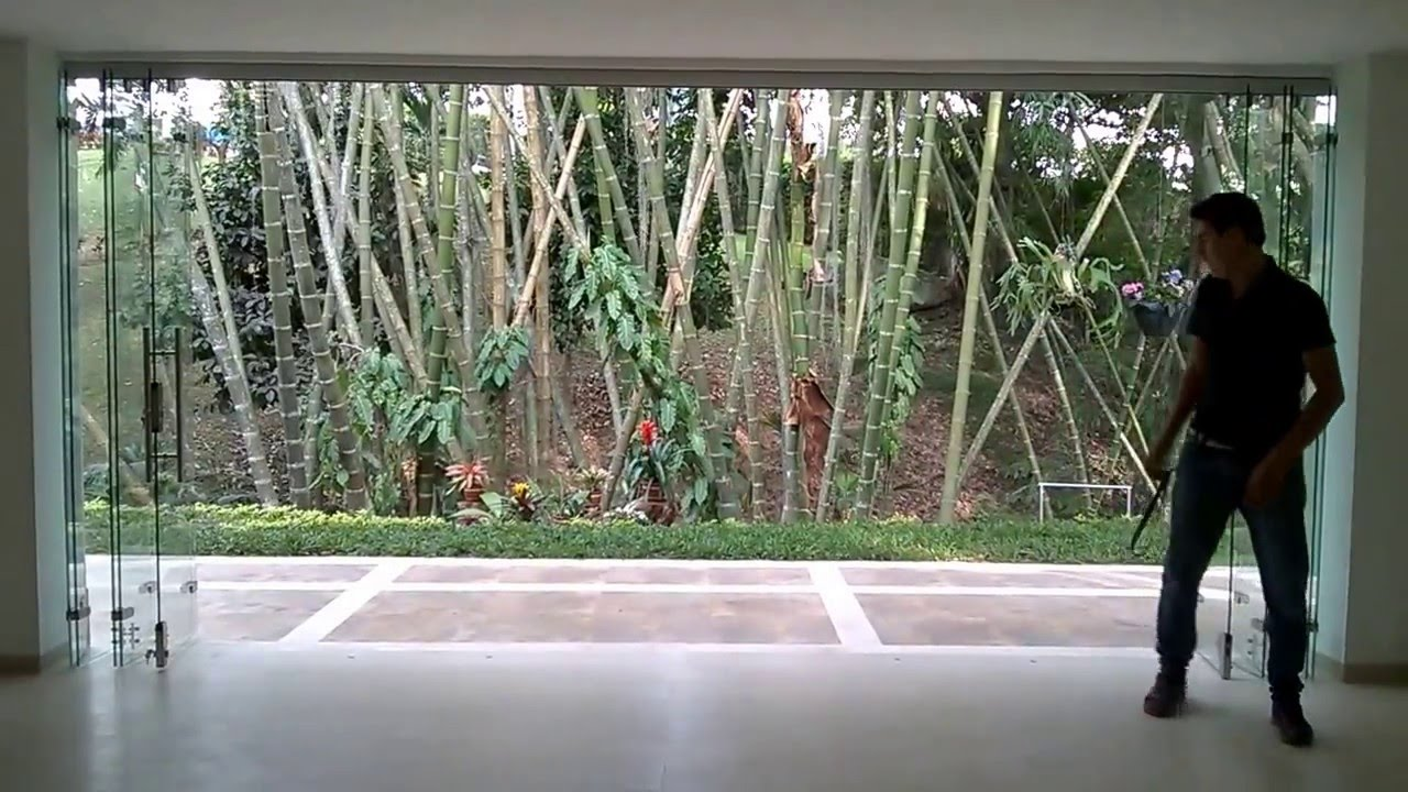 Puertas plegables en vidrio bucaramanga youtube for Disenos de puertas en madera y vidrio