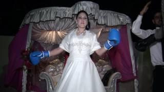 شاهد: عريس تونسي وزوجته الفرنسية يتبادلان اللكمات بدل القبلات في زفافهما.. والسبب منطقي جداً