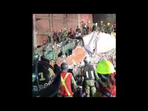 Entonan el Himno Nacional Mexicano sobre los escombros | México se pone de pie