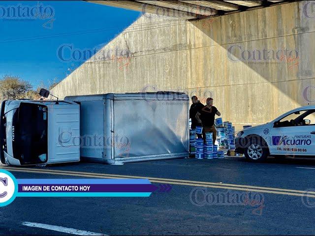 🚨🚨 Vuelca camión cargado con pintura en carretera a Parral.    #Durango