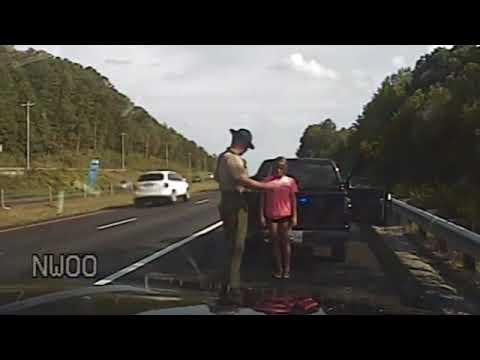 Un policía de tránsito mete los dedos en la ropa interior de una conductora detenida