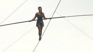 شاهد: فتاة تمشي على حبل معلق في منطقة مونمارتر التاريخية…