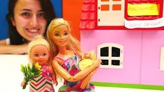 Barbie hastanede. Steffi abla olmuş. Evcilik oyunu