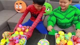 ロリポップ付きおかしい子供たち子供のためのキャンディ幼児の歌ナプキンラーメン