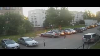 מצלמת אבטחה מתעדת: אזרח מפעיל את אזעקות של רכבים ברחוב