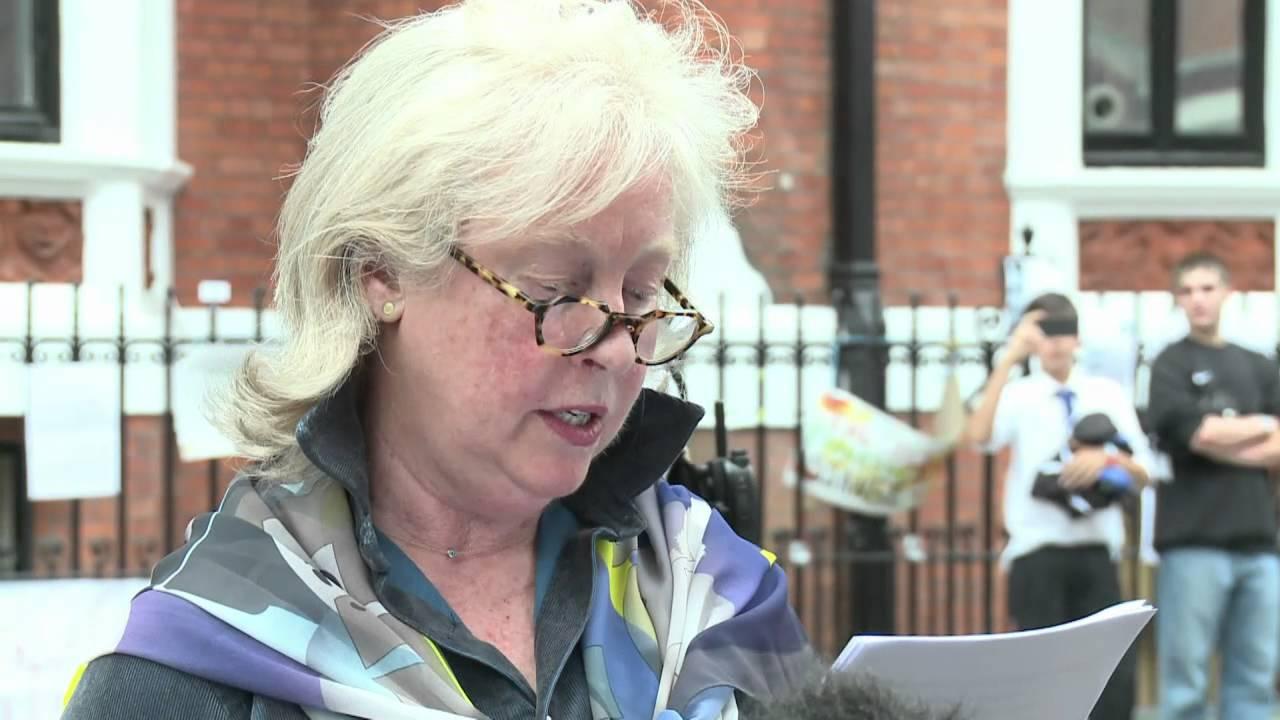 Download Assange seguirá en embajada