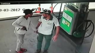 Momento em que criminoso aborda frentista em Assalto ao Posto Dallas de Queimadas - 29/03/2017