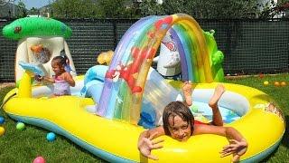 Nail Baba çocuklarla Winnie The Pooh havuzunu şişiriyor