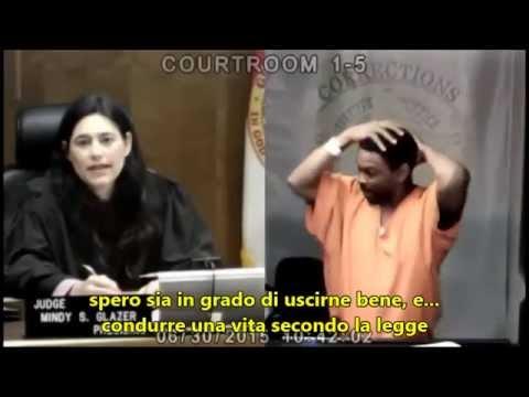 Giudice riconosce il compagno di classe, lui scoppia in lacrime