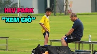 HLV Park Hang-seo tranh thủ xem giò cầu thủ nhí