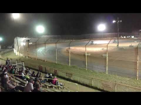 Southern United Sprint cars putting on one hell of a show at 105 speedway in Cleveland texas
