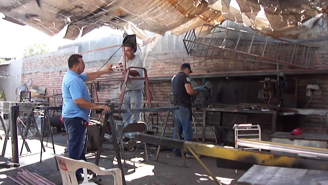 Herreria y forja trabajando en el taller herreria noris - El taller de pinero ...