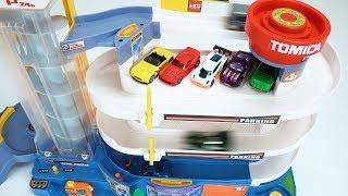 हॉट व्हील्स कारों और मोटर चालित Tomica पार्किंग डेक के साथ रंग जानें!
