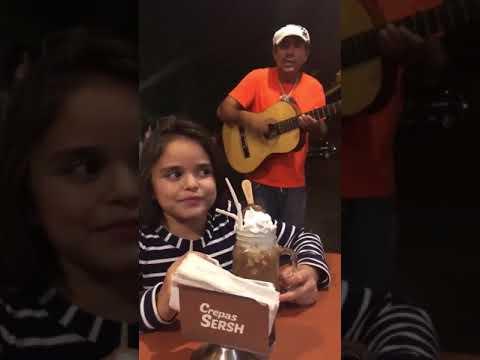 Tocando Guitarra Sin Cuerdas Y Cantando La Chona