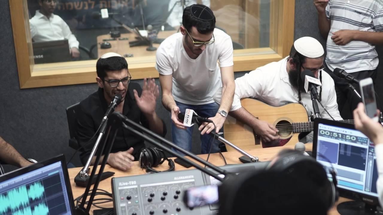 """חנן בן ארי מבצע את """"תותים"""" - באולפני רדיו קול ברמה"""