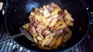Жареная свинина в казане с грибами и картофелем.