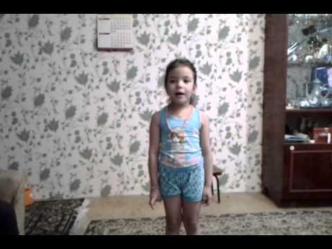 Девочка рассказывает стих про сестру