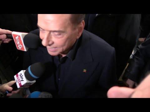 """Elezioni, Berlusconi risponde a contestatrice Femen: """"Io finito? Ha ragione, avevo finito di votare"""""""