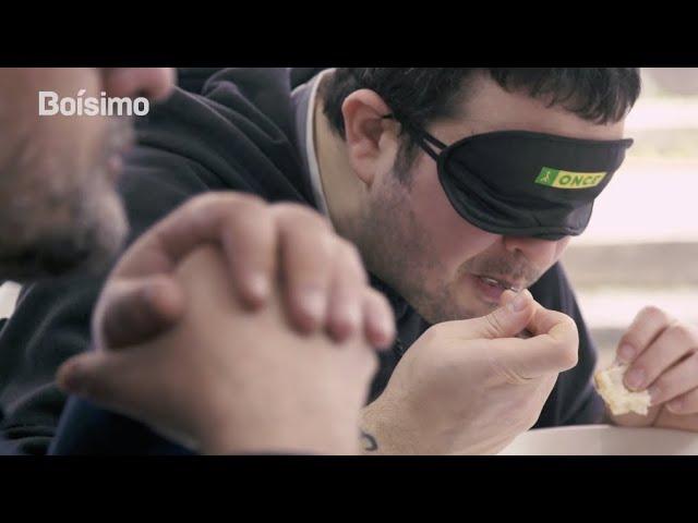 Comer a cegas: así experimenta un invidente a comida nun restaurante