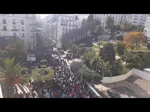 شاهد: آلاف الجزائريين يحتجون على عهدة بوتفليقة الخامسة …  - نشر قبل 2 ساعة