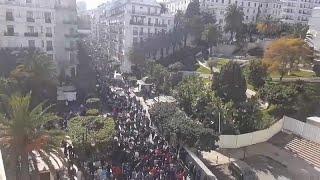 شاهد: آلاف الجزائريين يحتجون على عهدة بوتفليقة الخامسة …