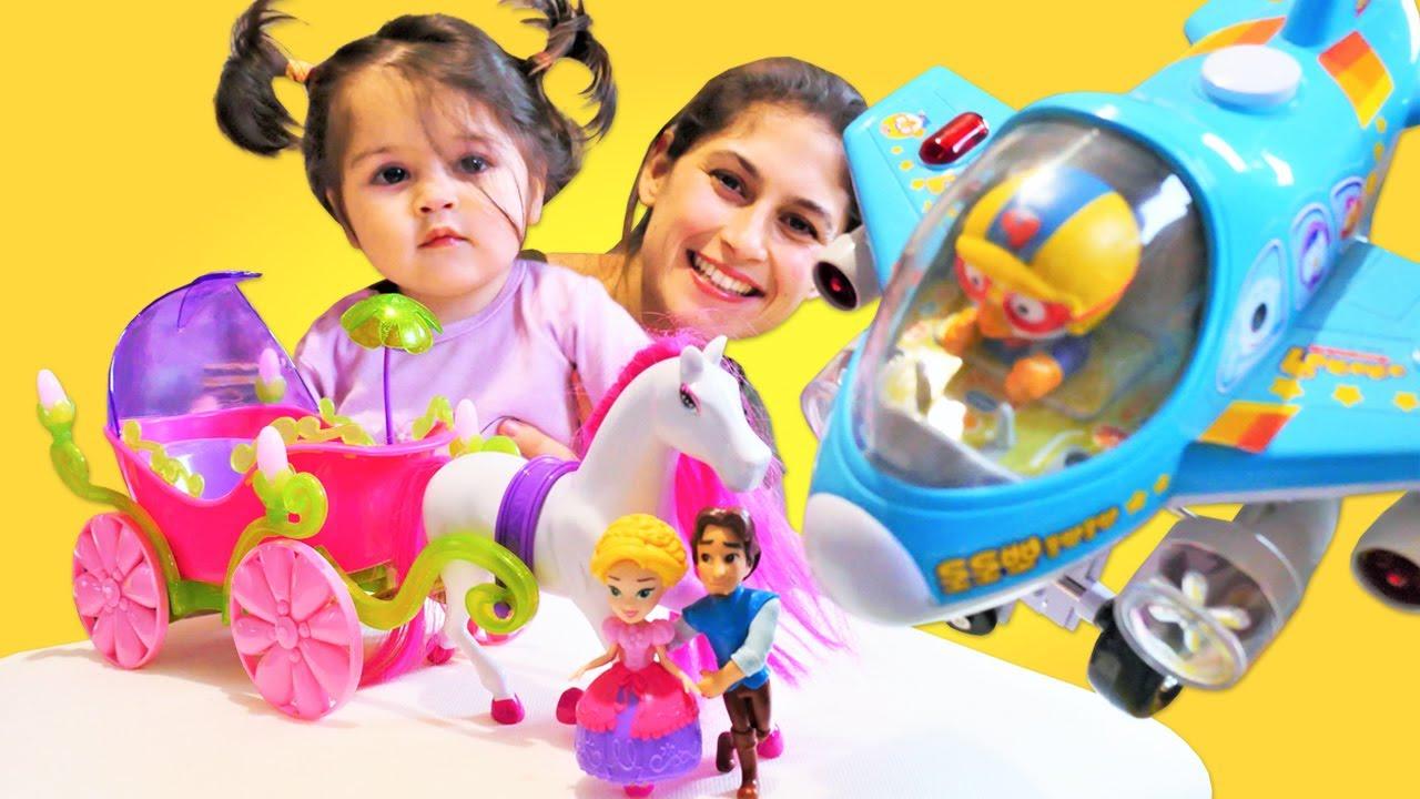 Çocuk videoları. Ayşe ve Defne Pororo ile oyuncakları ayırıyorlar. Kızlar için bebek videosu