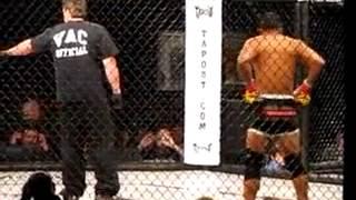 MMA - Capoeirista nocauteia incrivelmente com golpe de Capoeira! - Capoeira fighter KO thumbnail