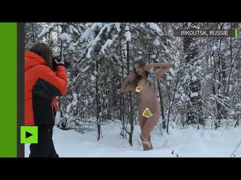 Une jeune fille russe se met nue et brave le froid sibérien pour défendre les sapins