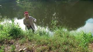 2011 06 11 Катя промахивается, забрасывая пойманную рыбку, в садок