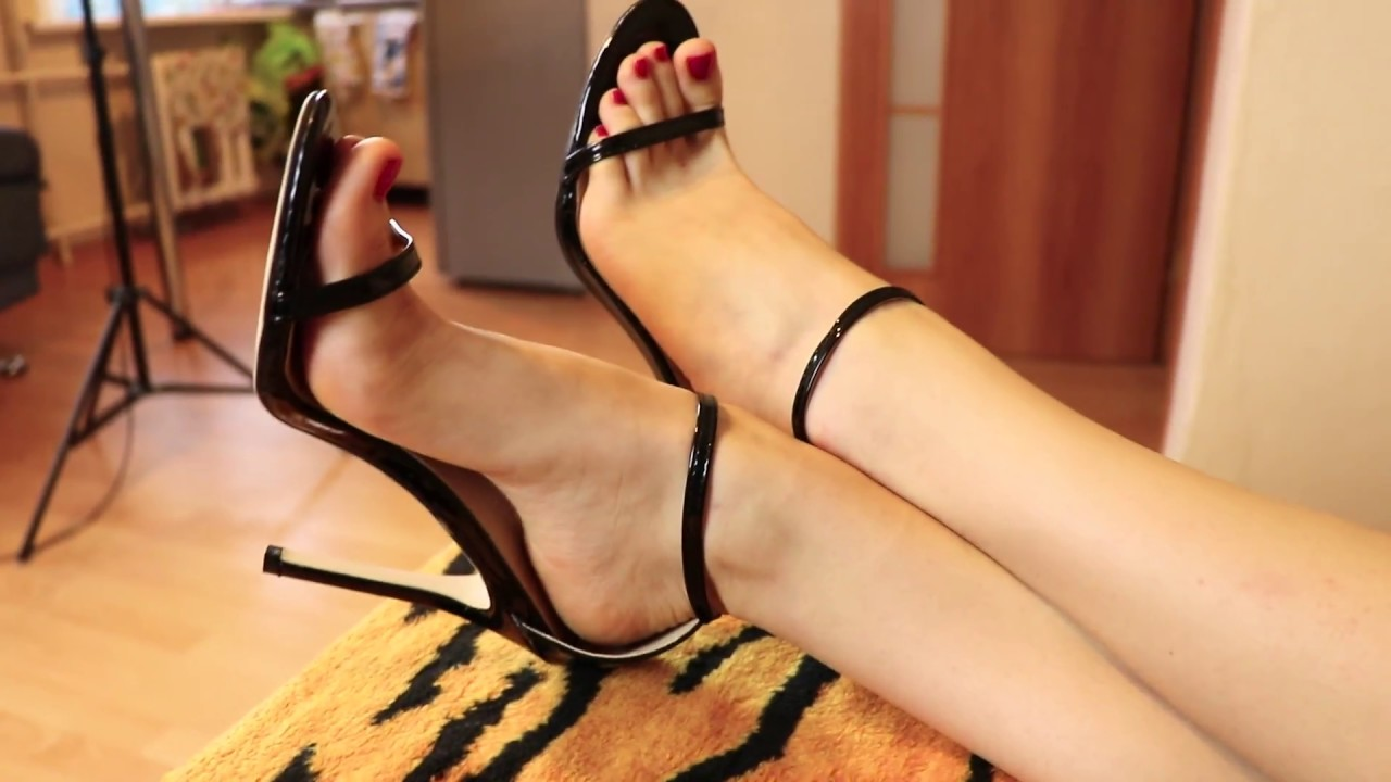 HOT GIRL SHOWING HER FEET ON HIGH HEELS