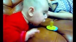 СУПЕР РЖАЧНЫЙ ПРИКОЛ - Ребёнок рвётся за соской (BABY).mp4