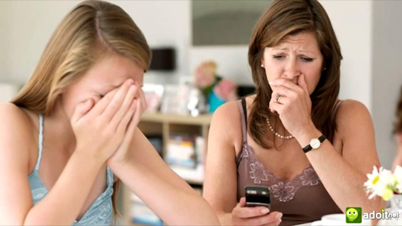 Escupitajo adolescente en la boca de los adolescentes