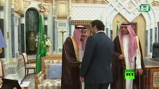 لحظة استقبال الملك سلمان لرئيس الوزراء اللبناني المستقيل سعد الحريري