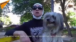 Une habitante de Damas promène son chien dans le parc d'al Jahiz