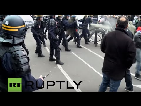 France: Police clash with taxi drivers at anti-Uber protest in Paris