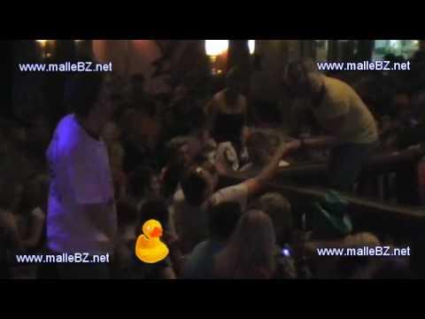 Specksau Freundin saugt am Schwanz rum