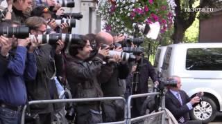 Полицейский пинком помог коту Ларри, питомцу британского премьера, пройти на деловую встречу