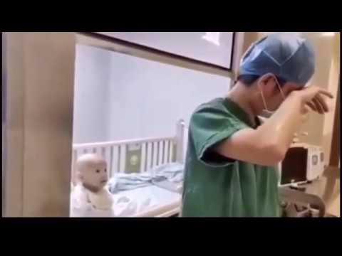 Corona Virüsü Bulaşmış Bir Bebek Doktordan kendisini Kucağına Almasını İstiyor. Doktor Böyle Göz Yaşı Döküyor
