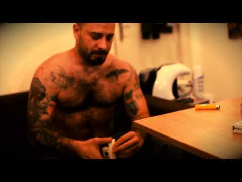 Uzzi isi tatueaza spatele la fratii Macavei (Partea I)