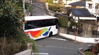 狭い住宅街に迷い込んだ?観光バスがギリギリバックするシーンその1 (bus driving videos)