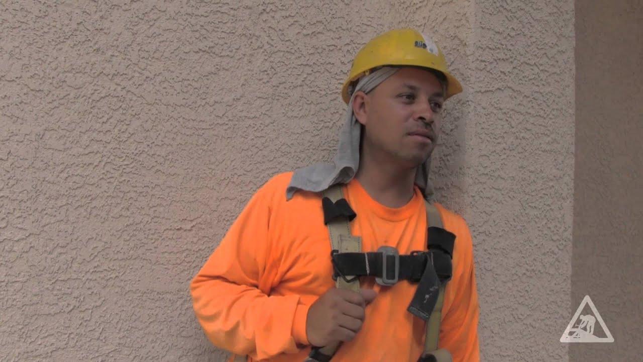 Trabajador de la construcción se protege de las caídas de techo ...