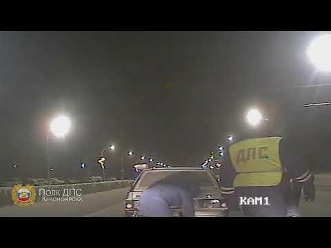Добрые сотрудники ДПС помогли заменить колесо на дороге