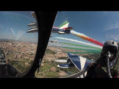 25 aprile, il volo delle Frecce su Roma: la lunga scia tricolore vista con gli occhi del pilota