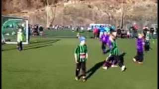 Herlig fotball-scoring med brassespark av en 9 åring