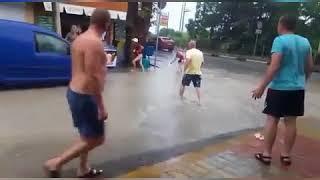 Ребёнок шёл с бабушкой по улице и провалился в ливнёвку