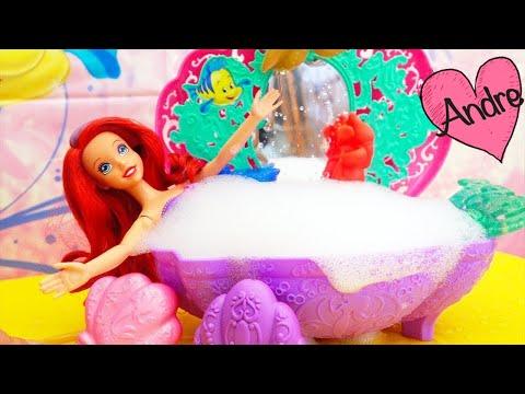 Juguetes de princesas y muñeca de La sirenita - Ariel se da un baño y Ursula trata de arruinarlo