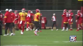 RAW: Injured Chiefs QB Patrick Mahomes takes snaps at practice