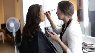Уроки макияжа от Fashion Box (макияж со стрелками)(В этом видео мы расскажем как создать прекрасный макияж со стрелками. наша группа вконтакте: http://vk.com/fbnsk..., 2014-06-17T06:21:27.000Z)