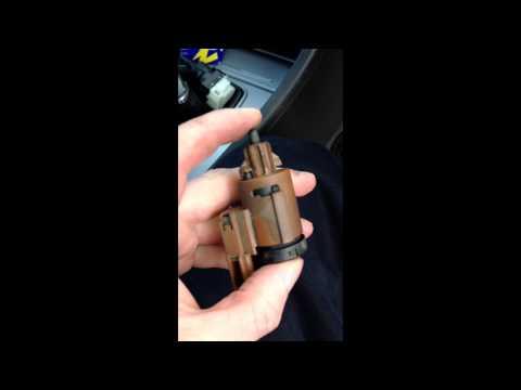 Замена выключателя стоп сигнала лягушки AUDI A4 2003. youtube